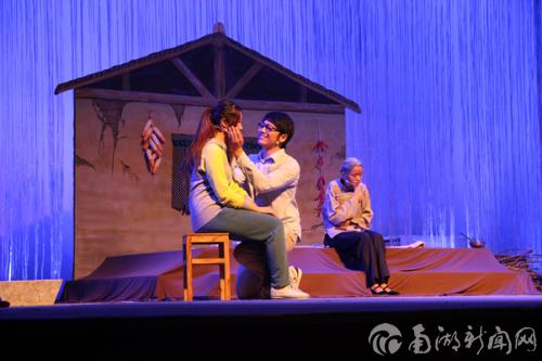 话剧《牵挂》面向新生公演受到热议16