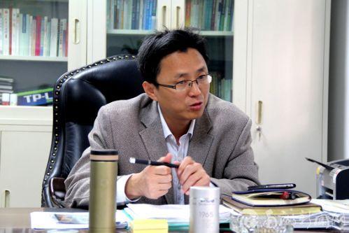 记者采访保卫处陈国顺处长