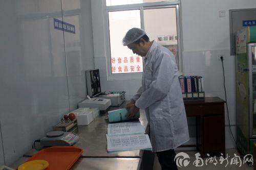 李忠云、邓秀新带队参观我校食品配送中心