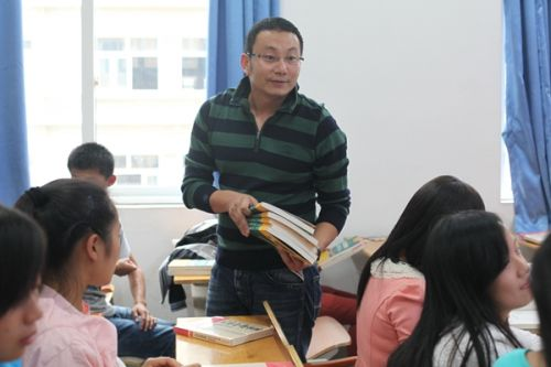 信管1402企业办主任陈迟赠送学生书籍