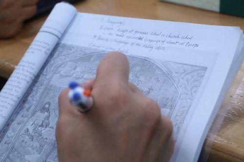 学生课间做笔记