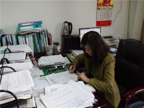 王老师伏案工作
