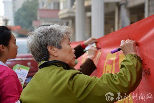 """我校红十字会举办""""预防艾滋,健康人生""""公益活动"""