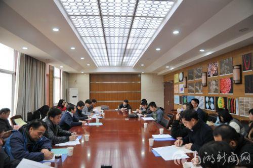 校长邓秀新参加第2小组讨论