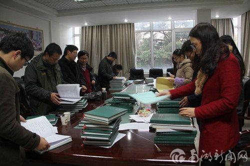 检查小组对科研记录本进行检查和评审