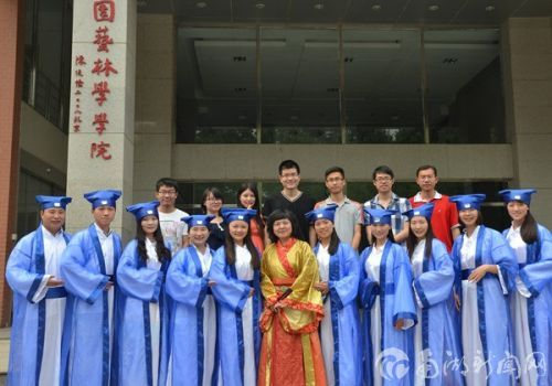 2014年,王彩云与毕业研究生合照