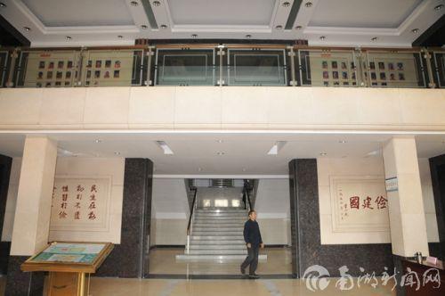 主楼大厅内景,在任教授、参加硕彦计划的学生的照片都上墙