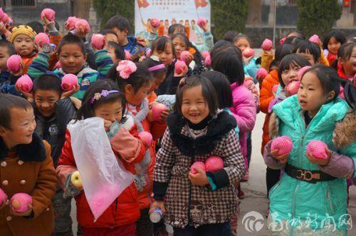孩子们拿到圣诞礼物幸福的笑容_副本
