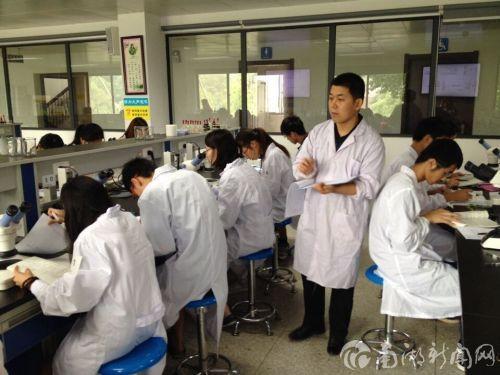 图10:生物学实验技能竞赛现场-老师评分