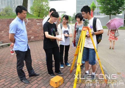 图14:测绘技能大赛-参赛组学生进行外业测量