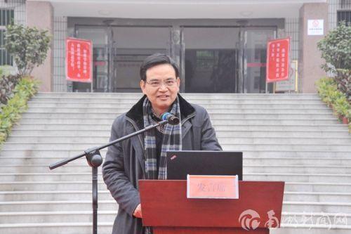 校党委副书记唐峻在报告会上致辞