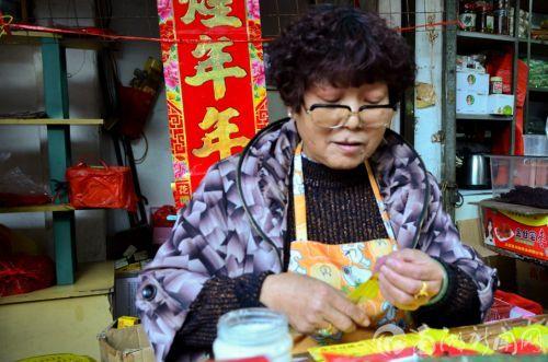 相对于北方的剪窗花等活动,闽南地区仍保留着手工制作祭祀用的象征物