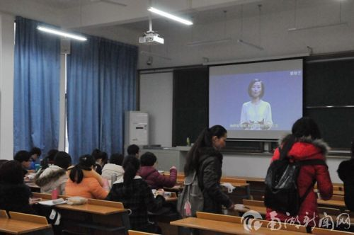 上课前,同学们观看最新视频资料