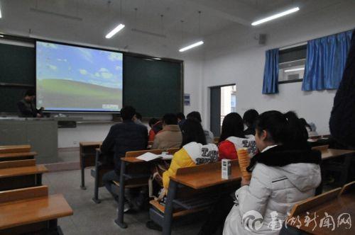 课前10分钟,老师熟悉课件,有学生则在抓紧吃早点_副本