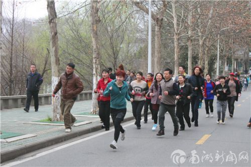 职工们享受运动带来的快来。