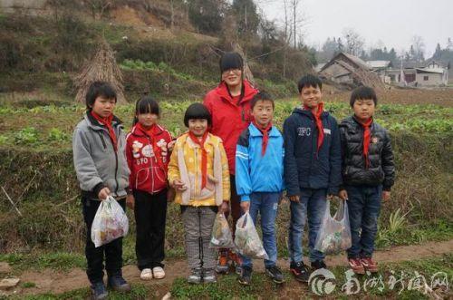 10、研究生支教团成员与华农大石希望小学学生一起清理垃圾