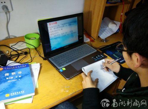 邢永辉正在准备家教资料