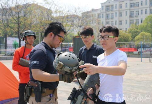 裁判策略指导人员耐心的向参赛同学讲述狙击技巧