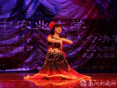 李雪妍跳着新疆舞