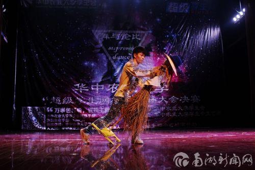 """二号宋云峰与稻草人共舞。在八音盒版天空之城的节拍中舞动,让观众""""火热""""了起来"""