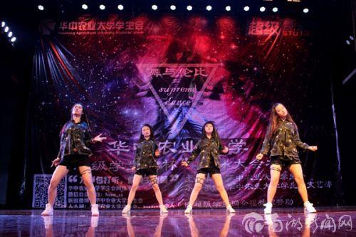 七号Boom Boom组合在舞台上性感扭动。