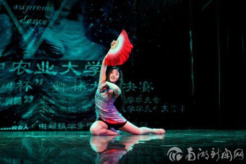 一席短装旗袍,手执红扇,配合着一曲《风月》,四号潘可欣舞得曼妙。
