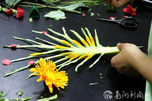 顺着纹路贴花瓣,是不是很有创意呢?