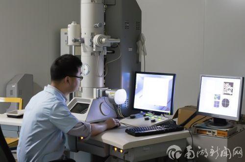 曹建波在实验室中工作,原本试验要求实验室必须是暗的。但为了配合记者的拍摄,它将实验室的灯打开了