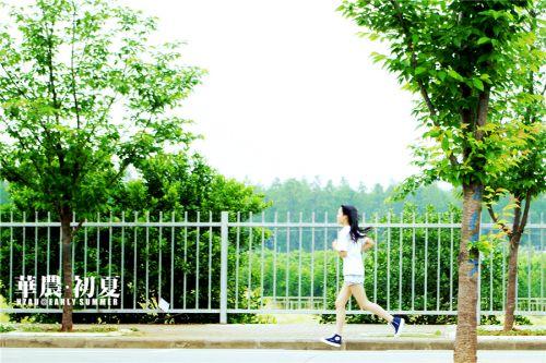 4.夏天,是女孩跑起步时长发飘舞带起的风