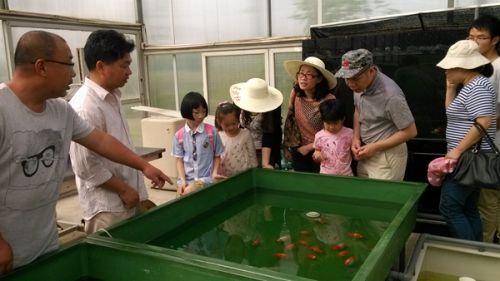 水产基地负责人金晖带领青年老师们参观2
