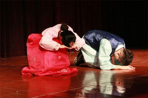 韩国留学生示范韩国礼仪
