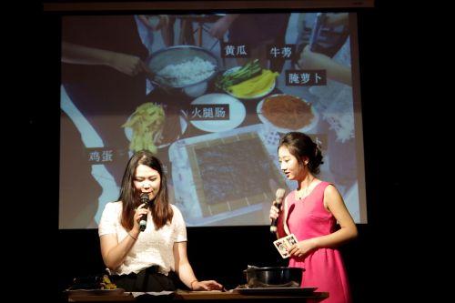 老师现场教授如何制作紫菜包饭