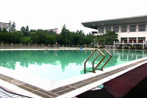 清理工作结束后的游泳池