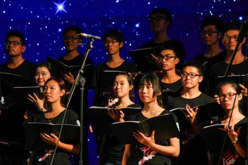 合唱团成员正在合唱曲目《我有一个恋爱》