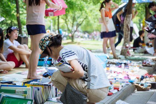 一名同学仔细挑选自己需要的书籍