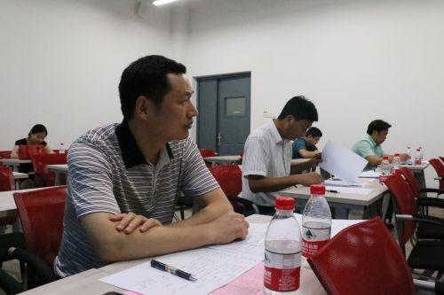 LCP班主任张岳君老师正在认真地面试学员22222