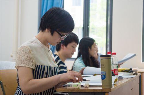 老师们在认真地看同学的答辩论文