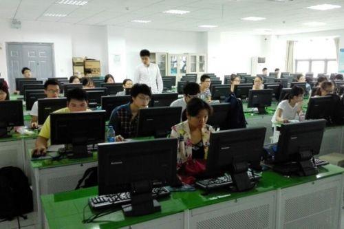4苍穹数码测绘有限公司负责人正在指导学生教学实习