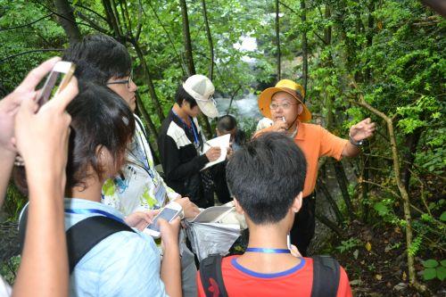 教师指导学生认识神农架植物