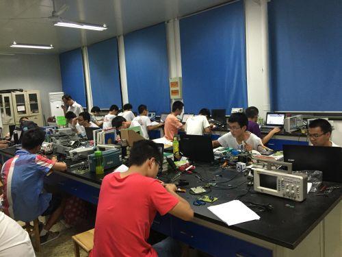 8月12日,全国大学生电子设计竞赛展开,工学院电子设计竞赛团队为了能