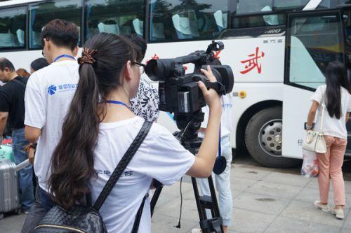 电视台的成员用视频记录下新生报道的场面