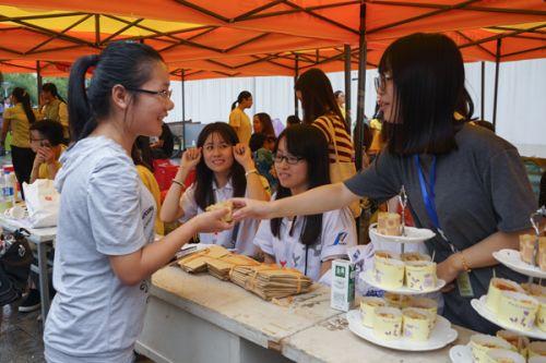 食科院的学姐为新生送上食科院自己做的蛋糕