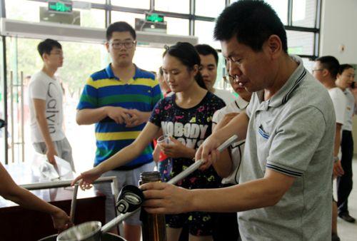 桃园食堂排队打水的家长与新生们