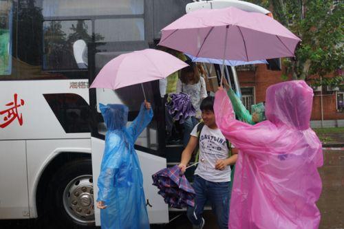 学生会成员们为新生打伞