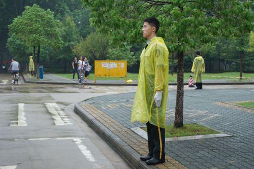 值勤队的同学冒雨站岗