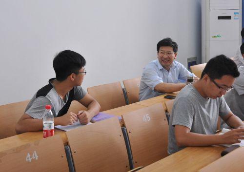 邓秀新校长课前和学生交流1