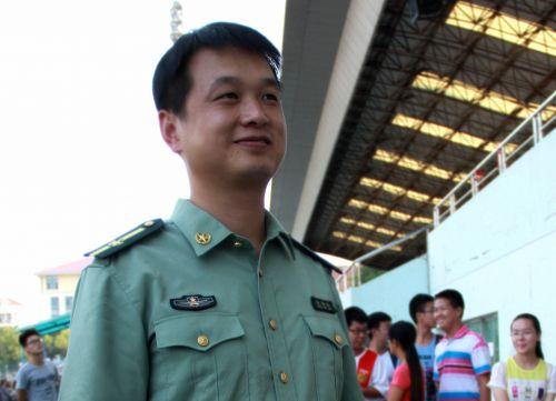 军训师政委张拥军谈新生军训_报刊杂志_悦读_南湖新闻网