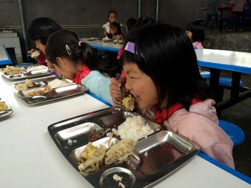 爱心食品抵达华农大石希望小学,学生们开心享用(韩磊 摄)