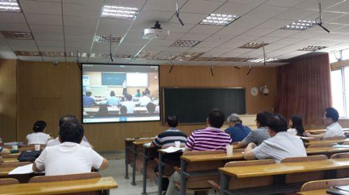 评委们在认真观看国赛获奖教师视频