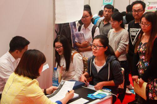 115家就业单位来校揽才,提供1600多个岗位,2000多名毕业生前来应聘,达成就业意向372人,签约56人